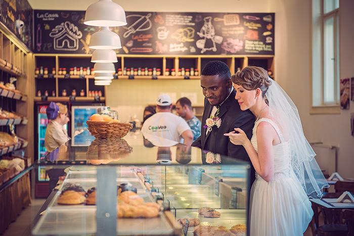 fotografie de nunta, foto nunta, foto nunta mures, fotograf nunta, fotograf profesionist nunta, fotosedinta creativa de nunta, mire si mireasa in patiserie, pachet foto video nunta mures