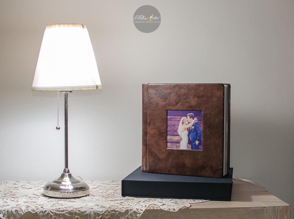 Album nunta coperta de piele, elegant. Coperta este personalizata cu fotogafia miriilor.