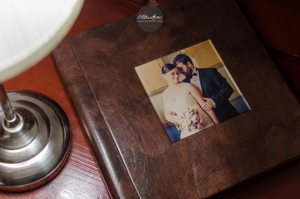 Imagine detaliu album de nunta. Coperta din piele marou, elegant. Coperta personalizata cu fotografia miriilor.