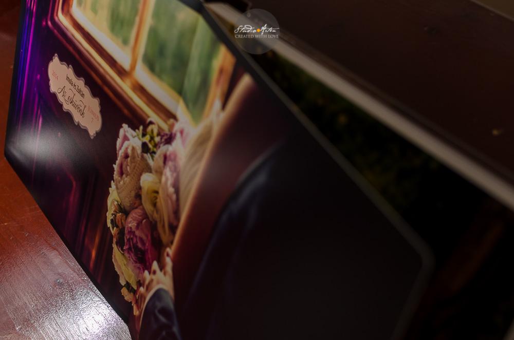 Fotografie de nunta in album de nunta. Fotografie cu buchetul de mireasa pe o pagina intreaga. Full size wedding picure in wedding album. Album elegant de nunta cu pagini cartonate.