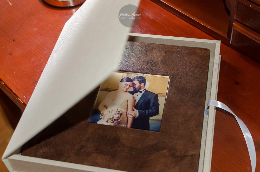 Album nunta in cutie eleganta, alba. Pentru o mai buna protectie al albumului, va recomandam cutia protectoare elegantta, alba sau bej. Albumul de nunta este astfel protejat. Album de nunta in culoarea marou, elegant, personalizat cu fotografia mirilor pe coperta din fata.
