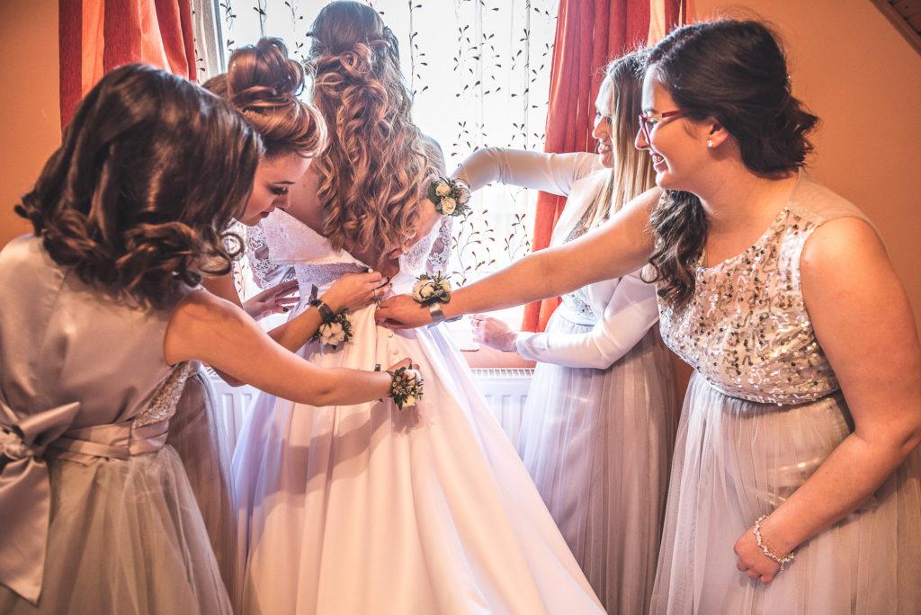 wedding picture, esküvői kép, poze nunta, a menyasszony készülődése, bride getting ready for wedding, wedding drees, menyasszonyi ruha, rochia de mireasa, rochie de mireasa,  mireasa si fetele de onoare, domnisoare de onoare, brides team, koszoruslányok,