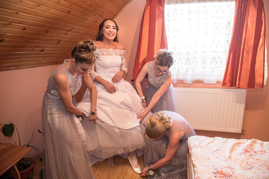 wedding picture, esküvői kép, poze nunta, a menyasszony készülődése, bride getting ready for wedding, wedding drees, menyasszonyi ruha, rochia de mireasa, rochie de mireasa,  pantofii de mireasa, menyasszonyi cipő, pantofi mireasa, brides shoes,mireasa si fetele de onoare, domnisoare de onoare, brides team, koszoruslányok,