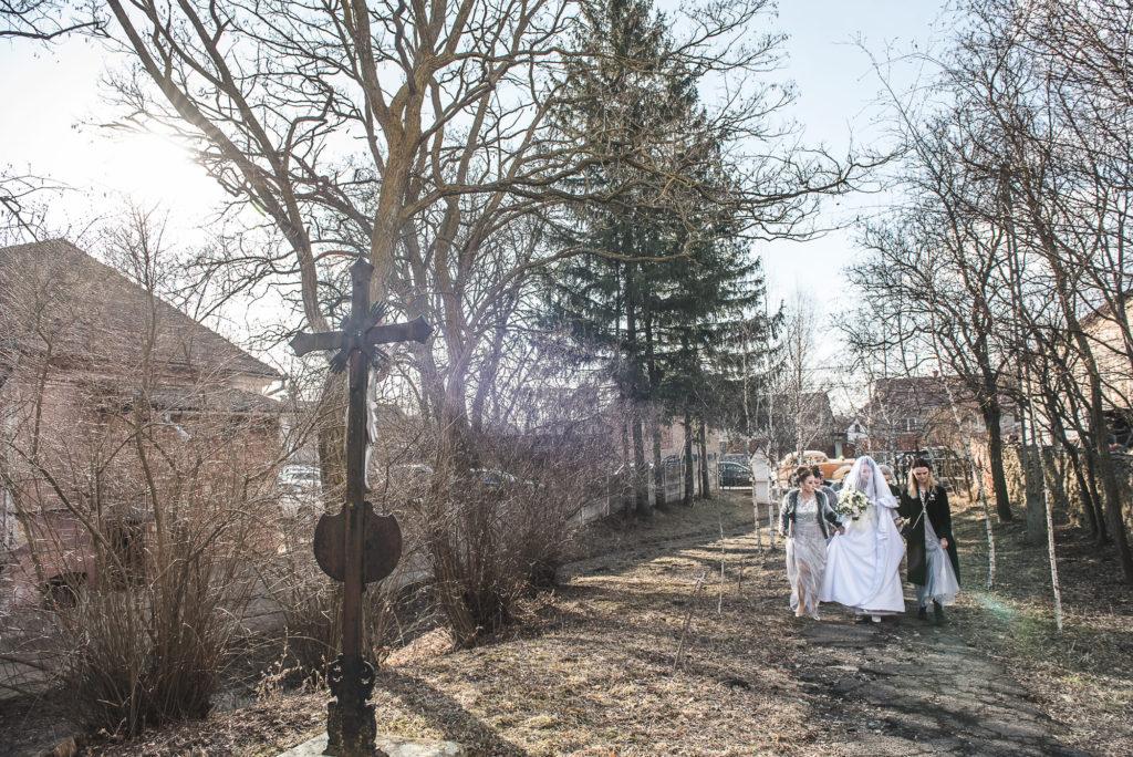 wedding picture, esküvői kép, poze nunta, a menyasszony készülődése, bride getting ready for wedding, wedding drees, menyasszonyi ruha, rochia de mireasa, rochie de mireasa,  pantofii de mireasa, menyasszonyi cipő, pantofi mireasa, brides shoes,mireasa si fetele de onoare, domnisoare de onoare, brides team, koszoruslányok, bride to church,