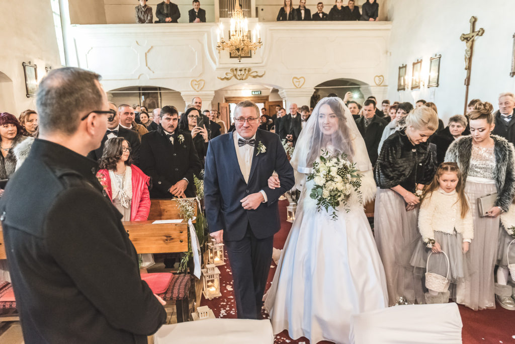 wedding picture, esküvői kép, poze nunta, wedding dress, menyasszonyi ruha, rochia de mireasa, rochie de mireasa, intrarea miresei in biserica, biserica, a menyasszony bejövetele a templomba, az első találkozás, first look,