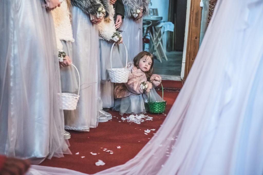 wedding picture, esküvői kép, poze nunta, wedding dress, menyasszonyi ruha, rochia de mireasa, rochie de mireasa, intrarea miresei in biserica, biserica, a menyasszony bejövetele a templomba, az első találkozás, first look, gyerekek a templomba, kis koszorus lány, little girl,