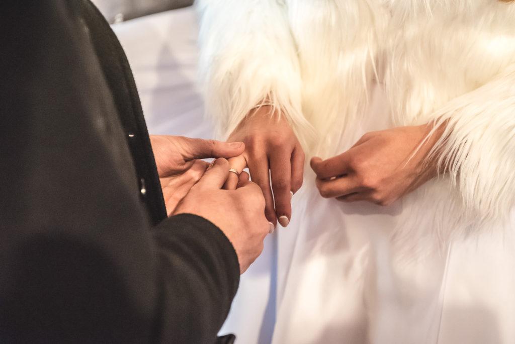 wedding picture, esküvői kép, poze nunta, wedding dress, juramintele din biserica, a templomi eskü, kereszt, a gyürű, wedding ring, forever, verighetele, verighete,  menyasszonyi ruha, rochia de mireasa, rochie de mireasa,mirele si mireasa in biserica, bride and groom in church, inside church, templomi esküvő,