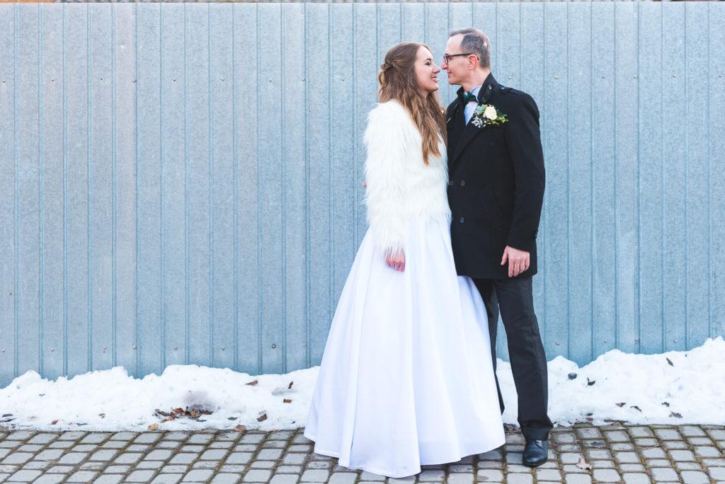fotografie de nunta, eskuvoi fotozás, esküvő foto,mire, mireasa, naplemente, apus de soare, lumina de iarna, happy bride, mireasa fericita, boldog menyasszony, kék kerítés, gard albastru,