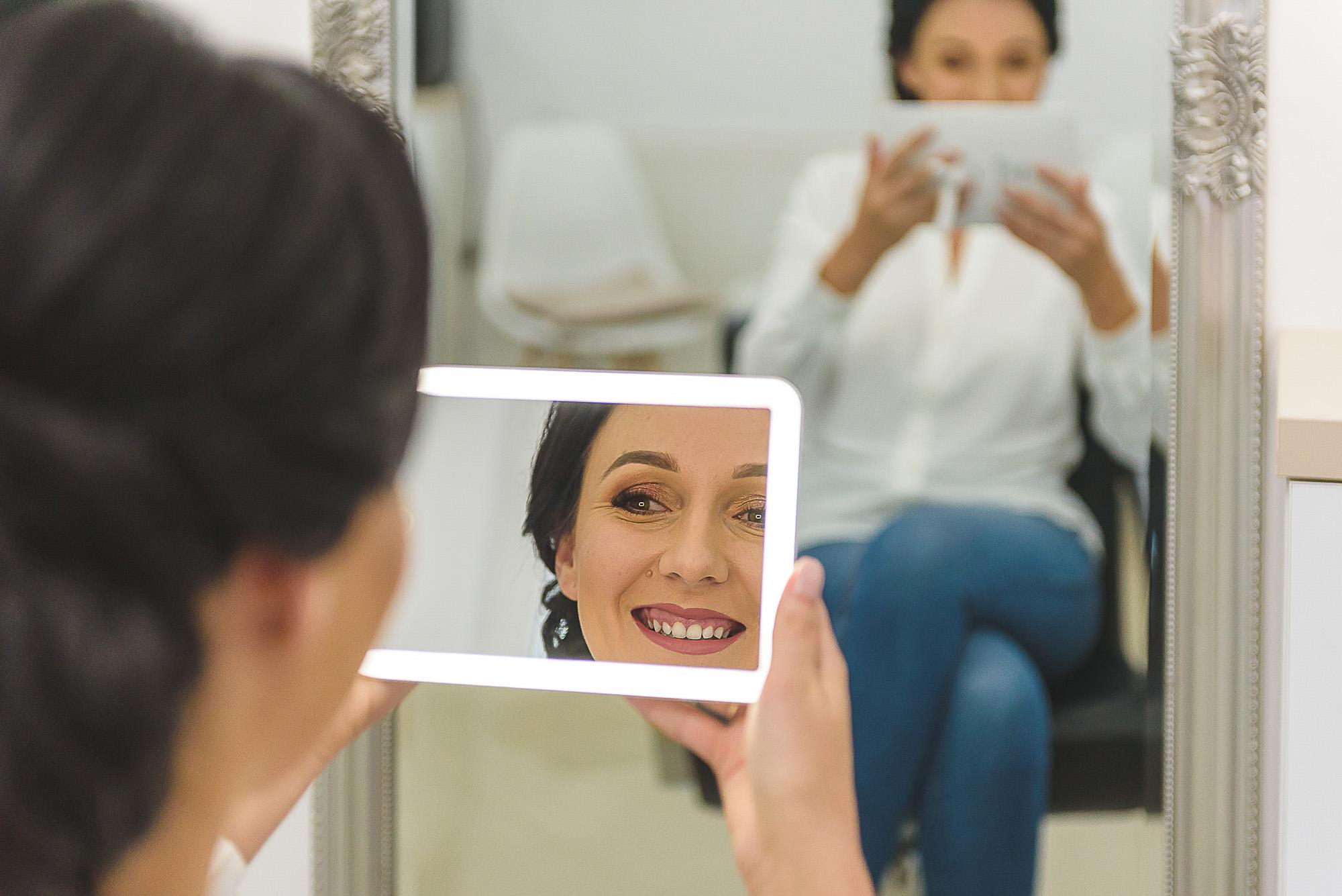 fotografie nunta. miresa la coafora. portret mireasa in oglinda.