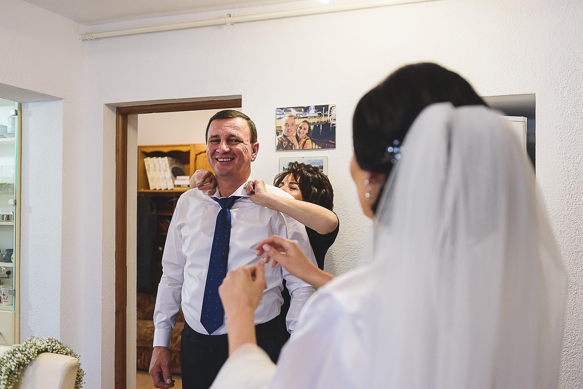 fotografii nunta mures, fotografii creative nunta, fotografie creative de nunta, tatal miresei, pregatirile miresei acasa,