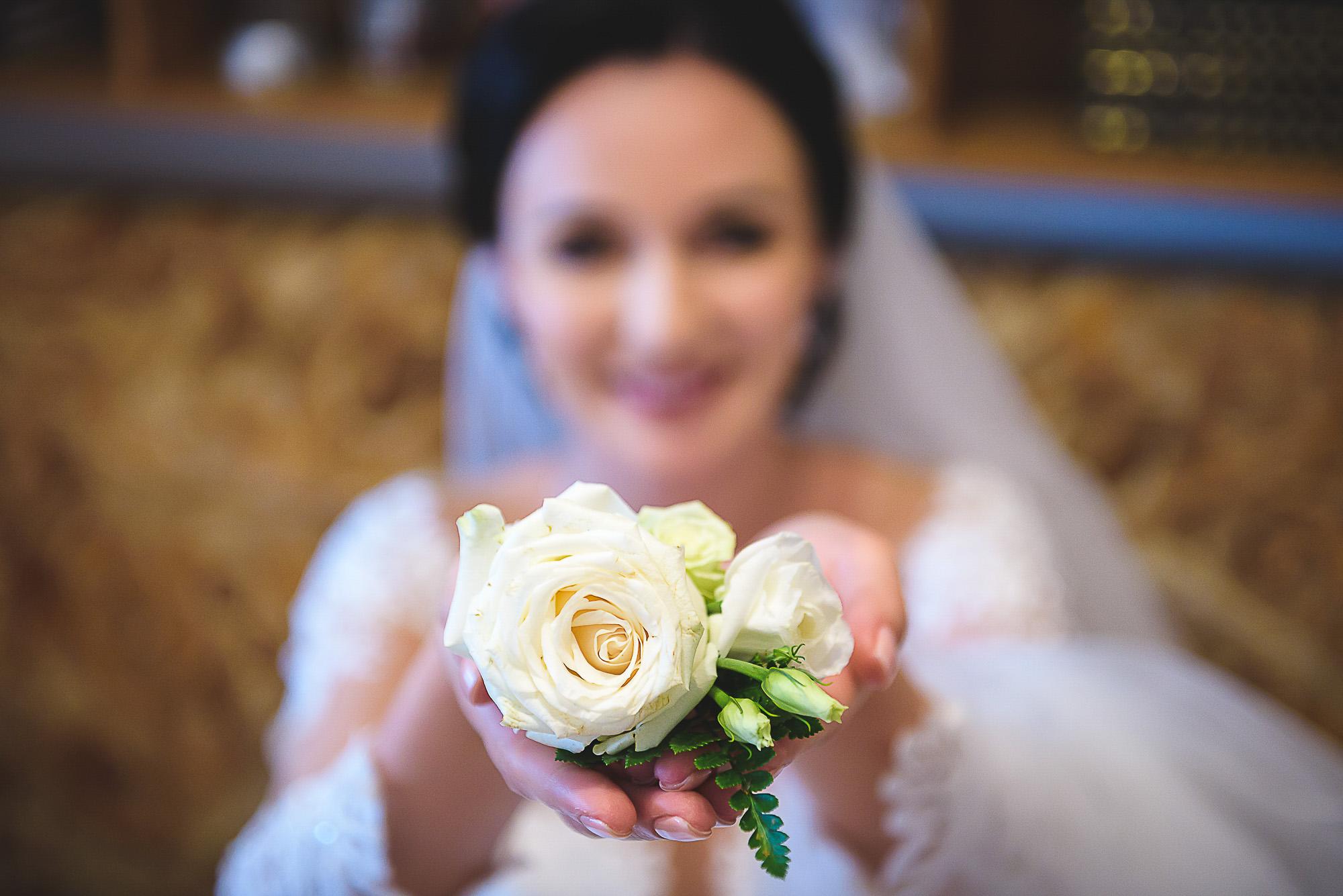 fotografie creativa de nunta, fotograf nunta mures, foto nunta reghin, pregatirile miresei, buchet mireasa, cocarda mirelui