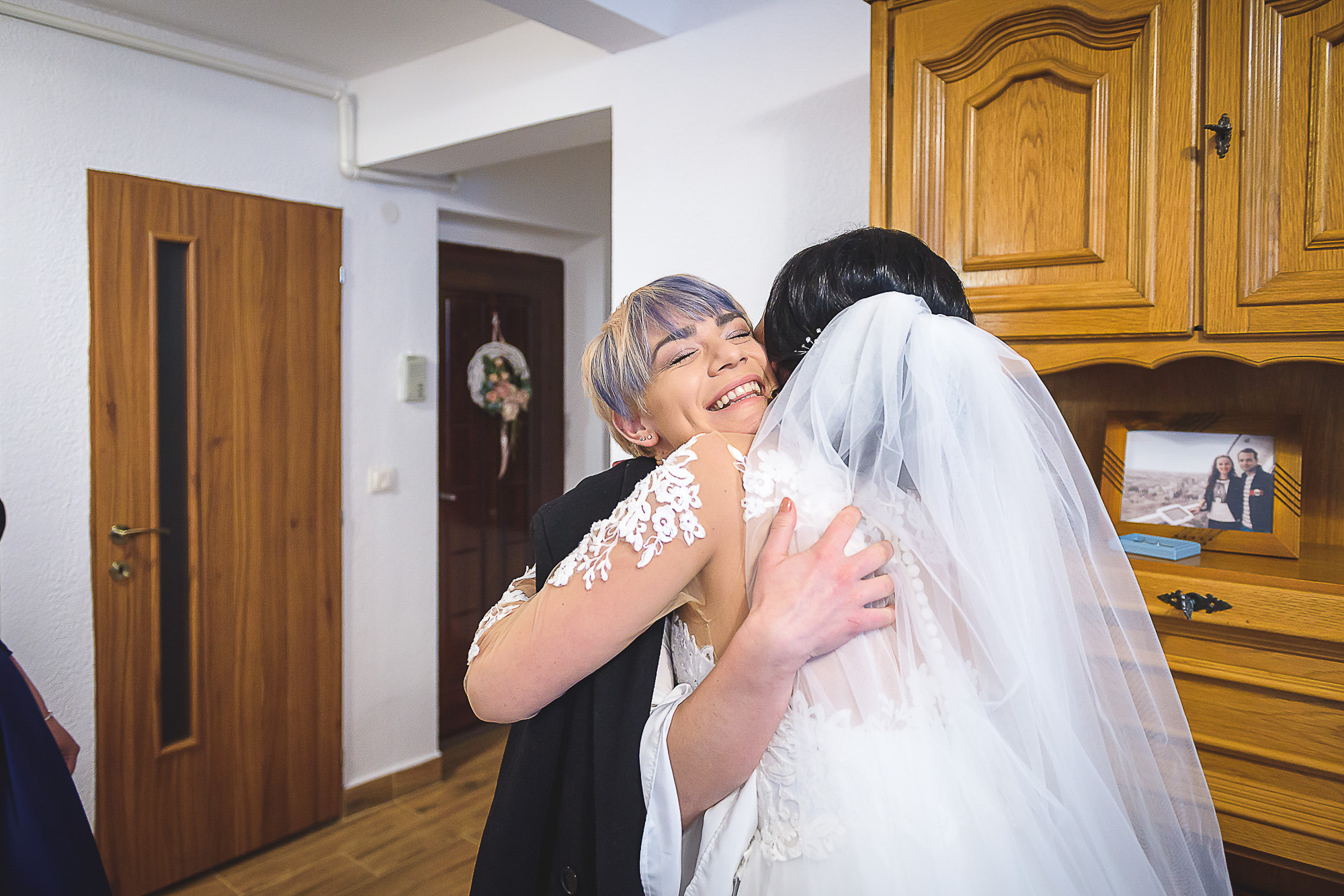 fotografie creativa de nunta, fotograf nunta mures, foto nunta reghin, foto video reghin, pregatirile miresei, preitene, bucurie,