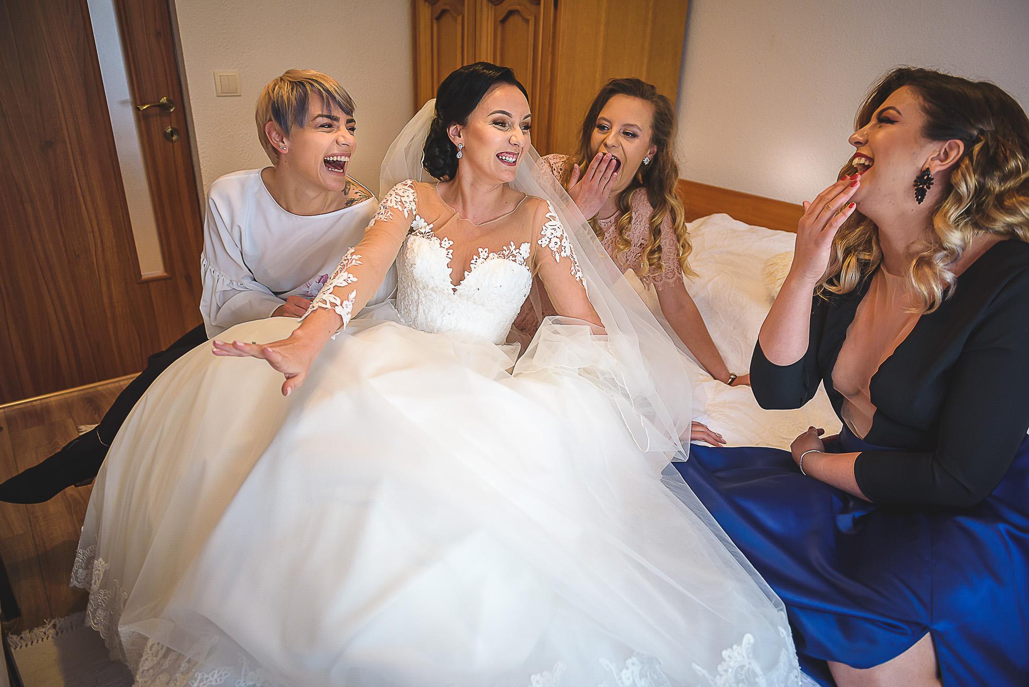 fotografie creativa de nunta, fotograf nunta mures, foto nunta reghin, foto video reghin, pregatirile miresei, foto video nunta mures, mireasa cu prietenele, best friends forever, BFF, prietenie