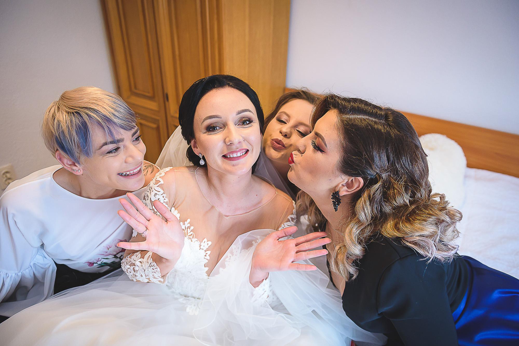 fotografie creativa de nunta, fotograf nunta mures, foto nunta reghin, foto video reghin, pregatirile miresei, foto video nunta mures, prietenele miresei, fetele, best friends forever, BFF, Pinterest ideea,