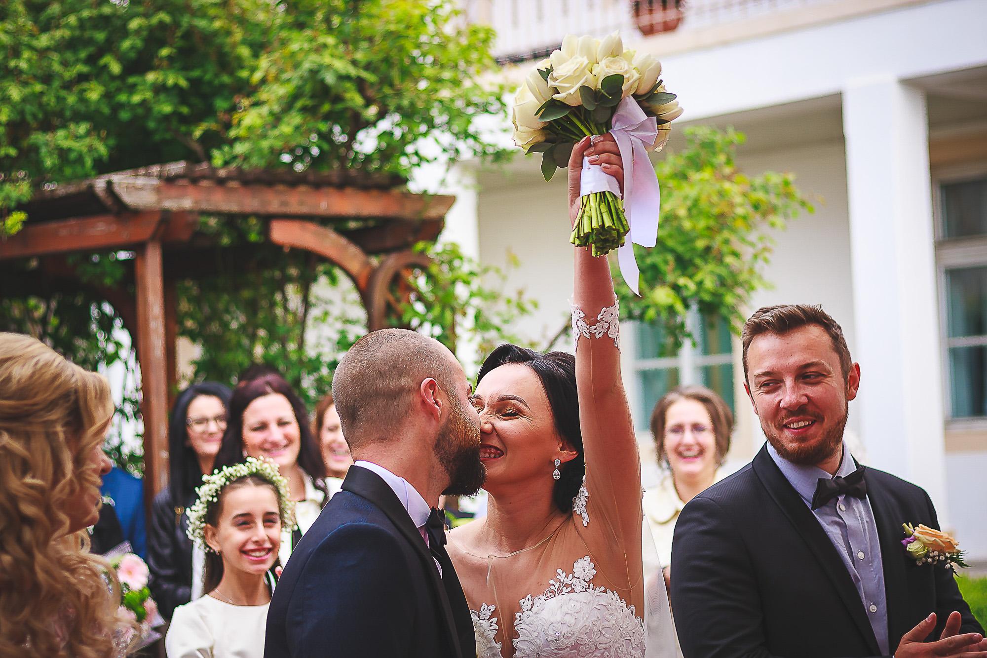 fotografie creativa de nunta, fotograf nunta mures, foto nunta reghin, foto video reghin, foto video nunta mures, starea civila reghin, sarutul miriilor, semnatura miriilor la starea civila
