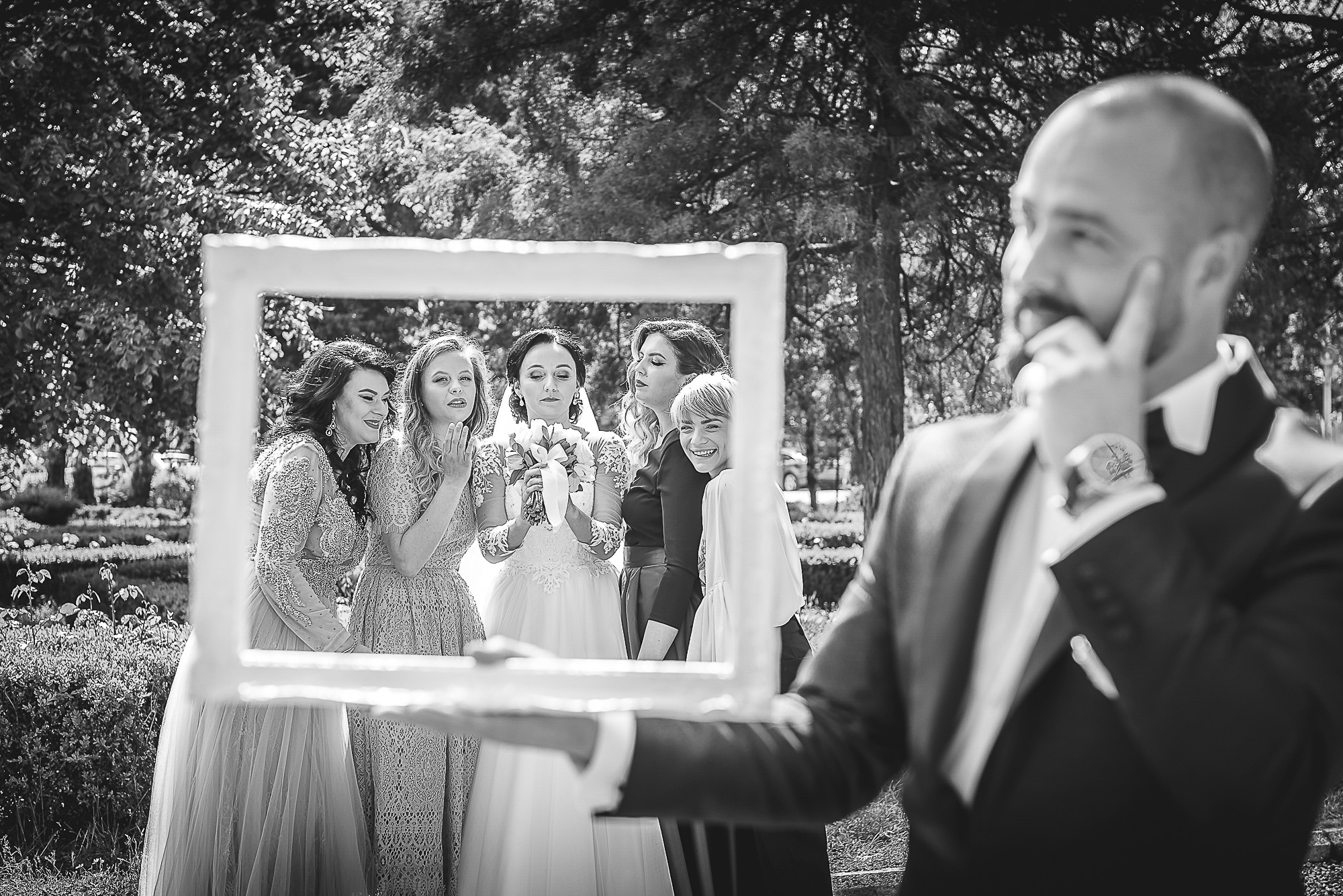 domnisoarle de onoare, distractie in parc, fotosedinta distractiva, fotografie creativa de nunta, fotograf nunta mures, foto nunta reghin, foto video reghin, foto video nunta mures
