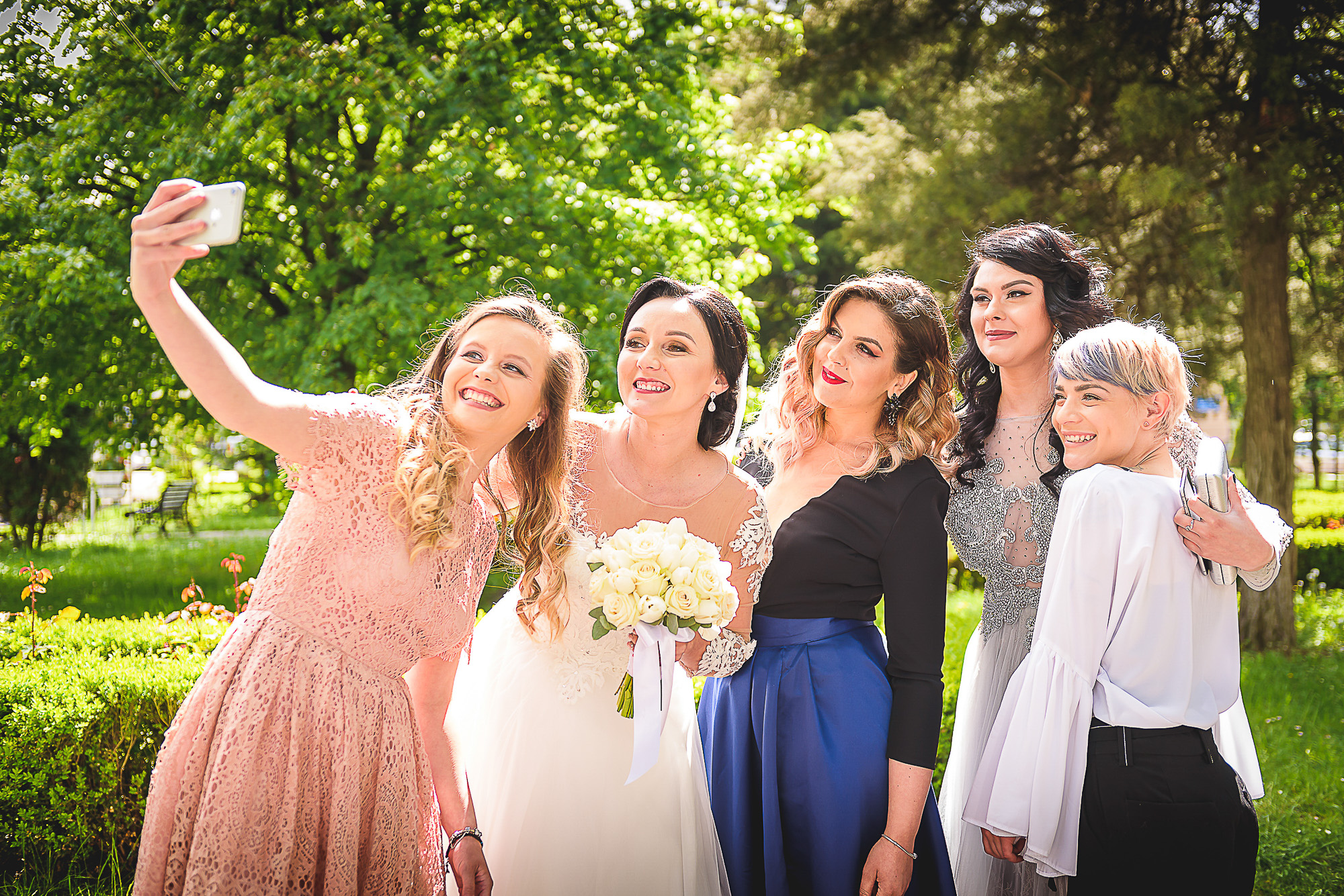 fetele, domnisoarele de onoare, distractie in parc, fotosedinta distractiva, fotografie creativa de nunta, fotograf nunta mures, foto nunta reghin, foto video reghin, foto video nunta mures