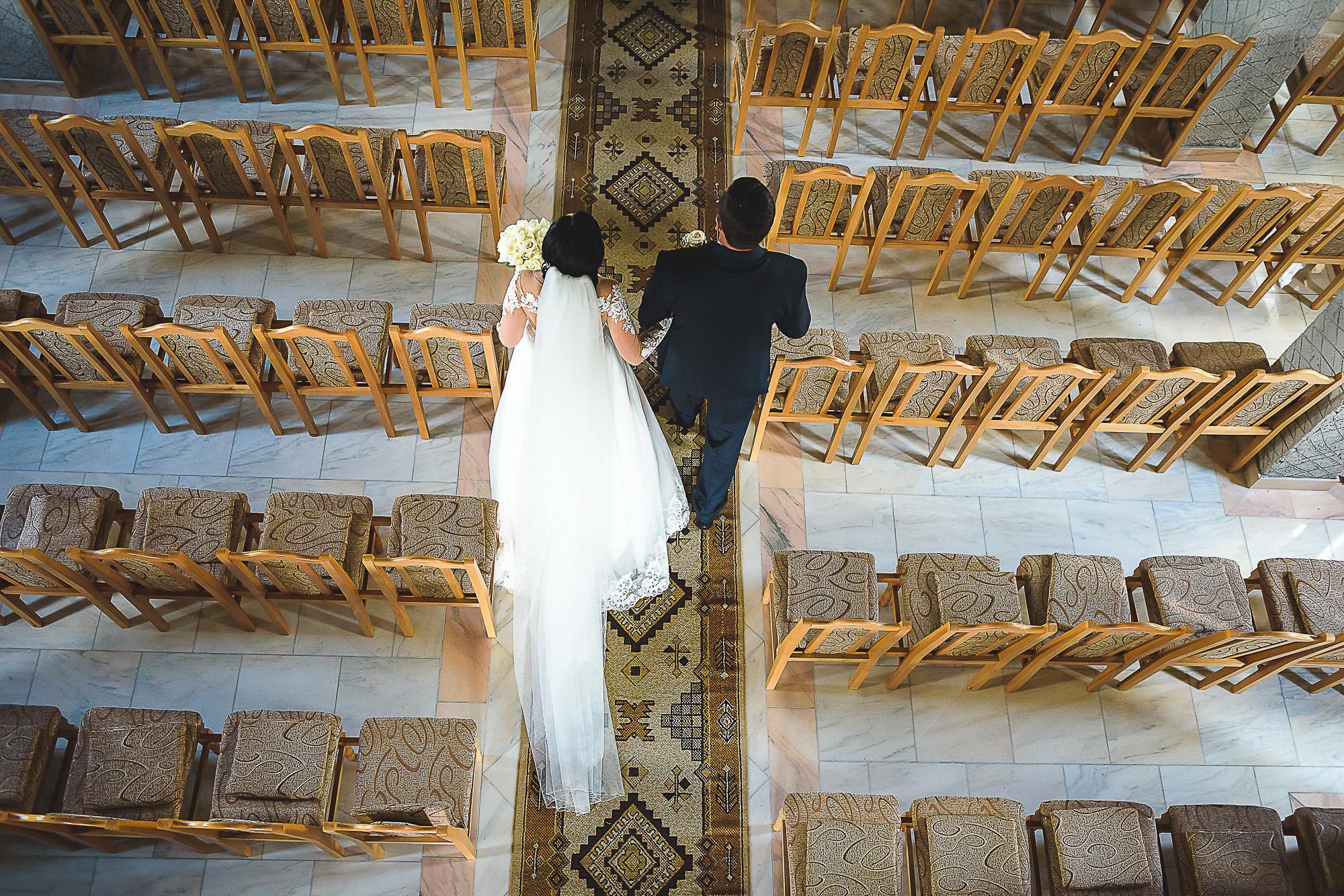 intrarea miresei in biserica, cununia religioasa, biserica ortodoxa, fotografie creativa de nunta, fotograf nunta mures, foto nunta reghin, foto video reghin, foto video nunta mures