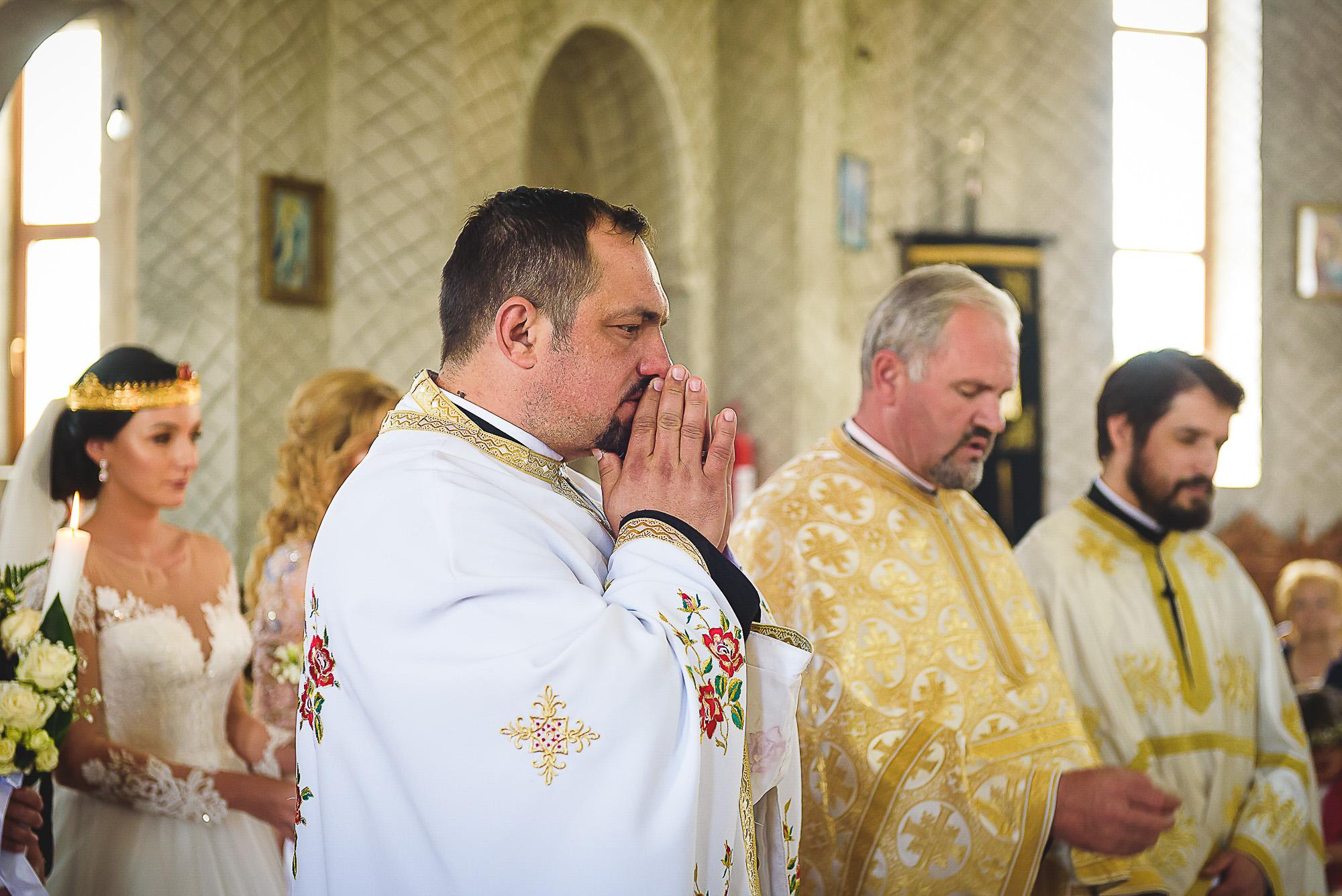 preotul se roaga pentru miri, cununia religioasa, biserica ortodoxa, fotografie creativa de nunta, fotograf nunta mures, foto nunta reghin, foto video reghin, foto video nunta mures
