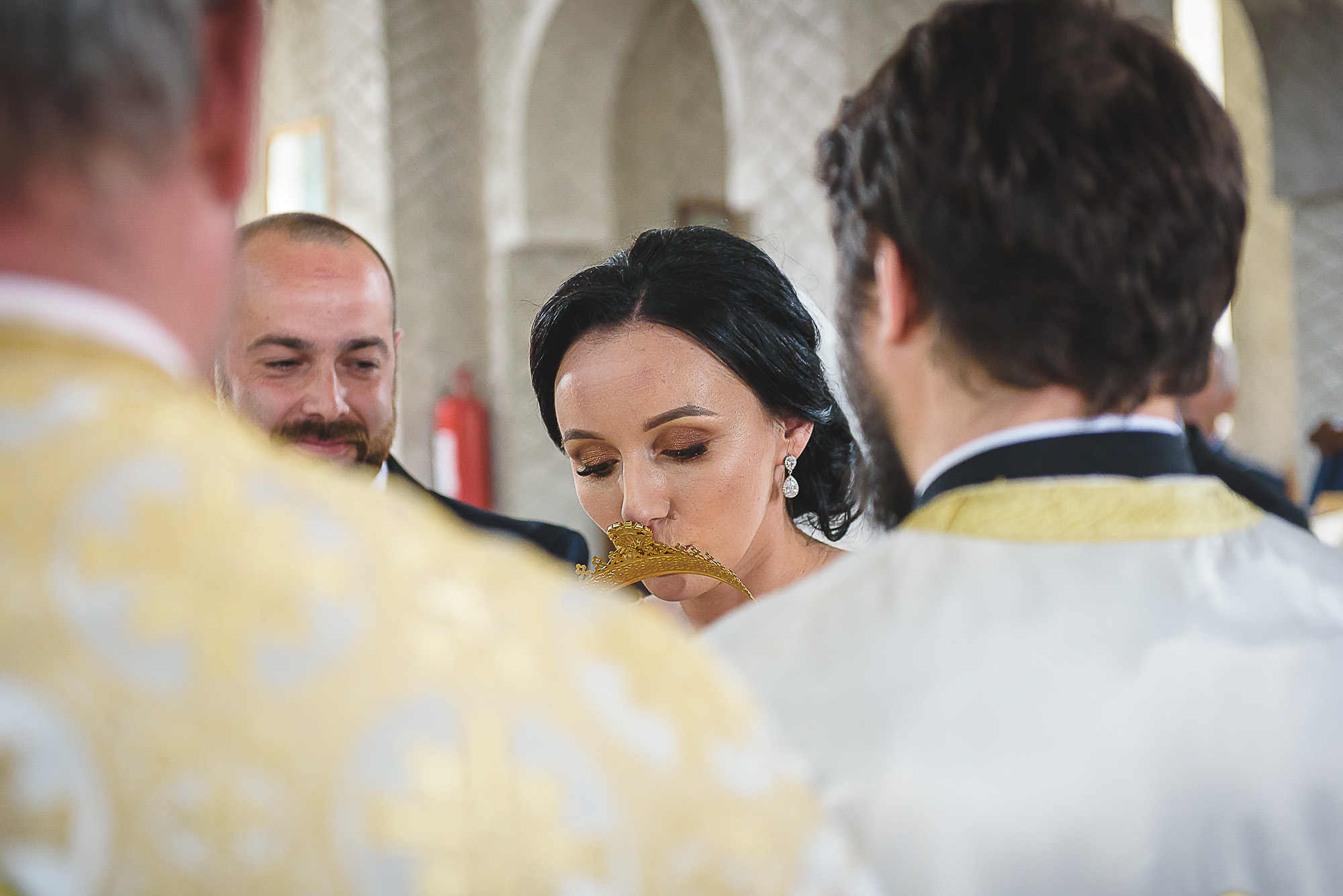 mireasa saruta coroana, cununia religioasa, biserica ortodoxa, fotografie creativa de nunta, fotograf nunta mures, foto nunta reghin, foto video reghin, foto video nunta mures