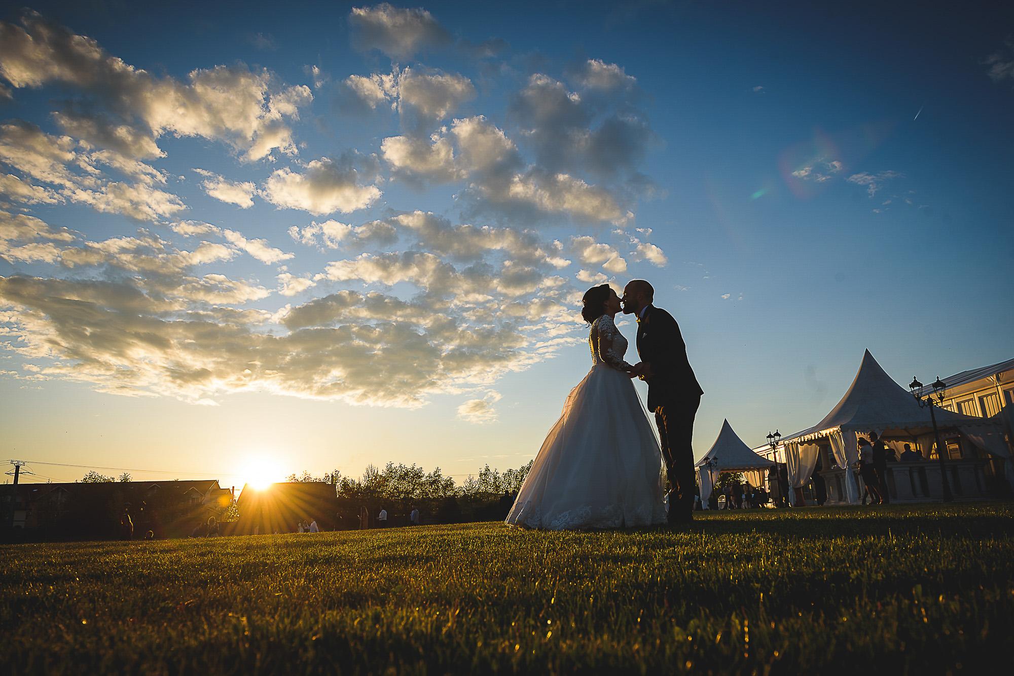apus de soare cu miri, centrul de evenimente RAB, sangeorgiu de mures, fotografie creativa de nunta, fotograf nunta mures, foto nunta reghin, foto video reghin, foto video nunta mures