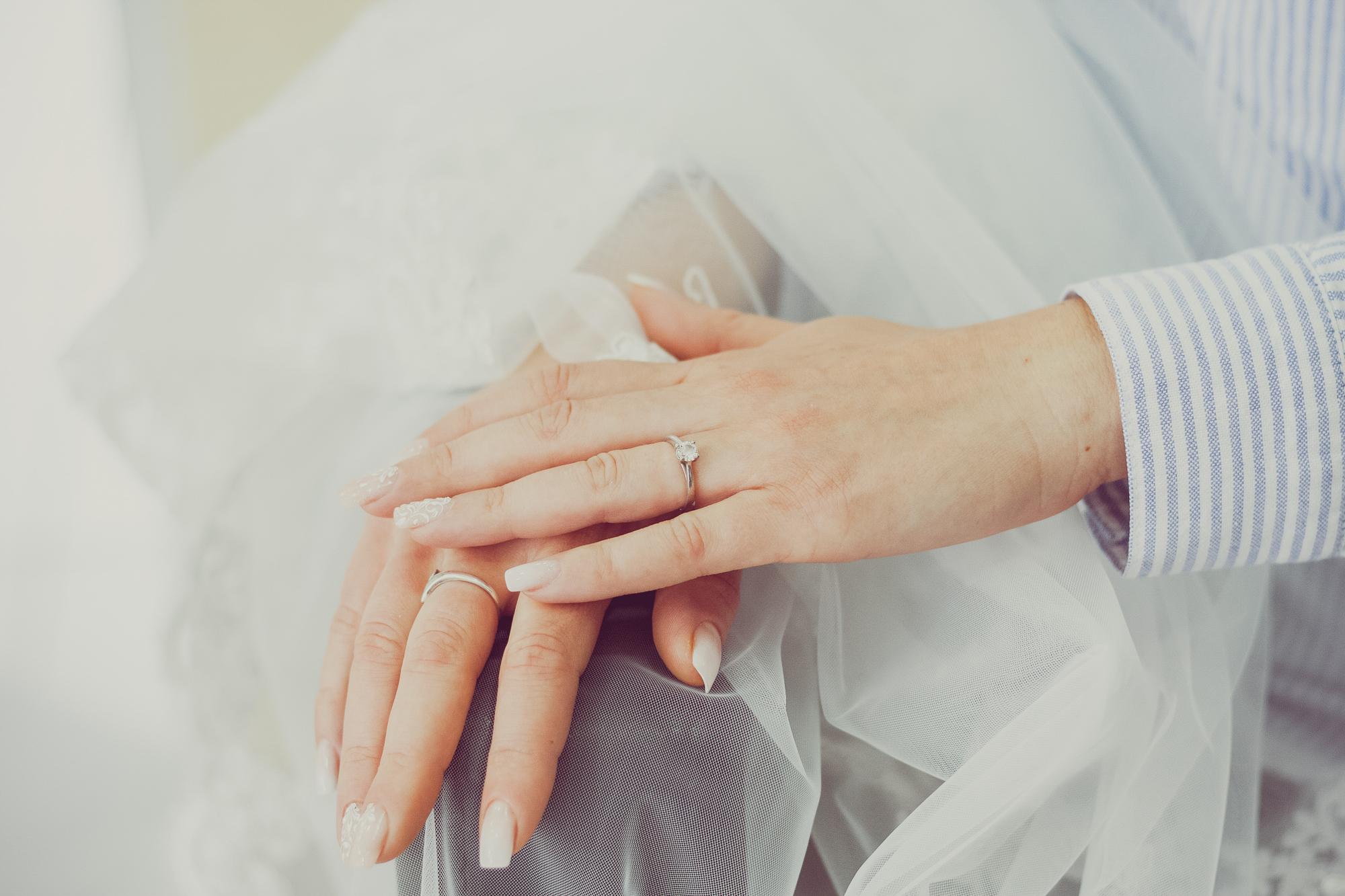 fotografie nunta, pregatirea miresei, inel de logodna, voalul miresei, mainile miresei