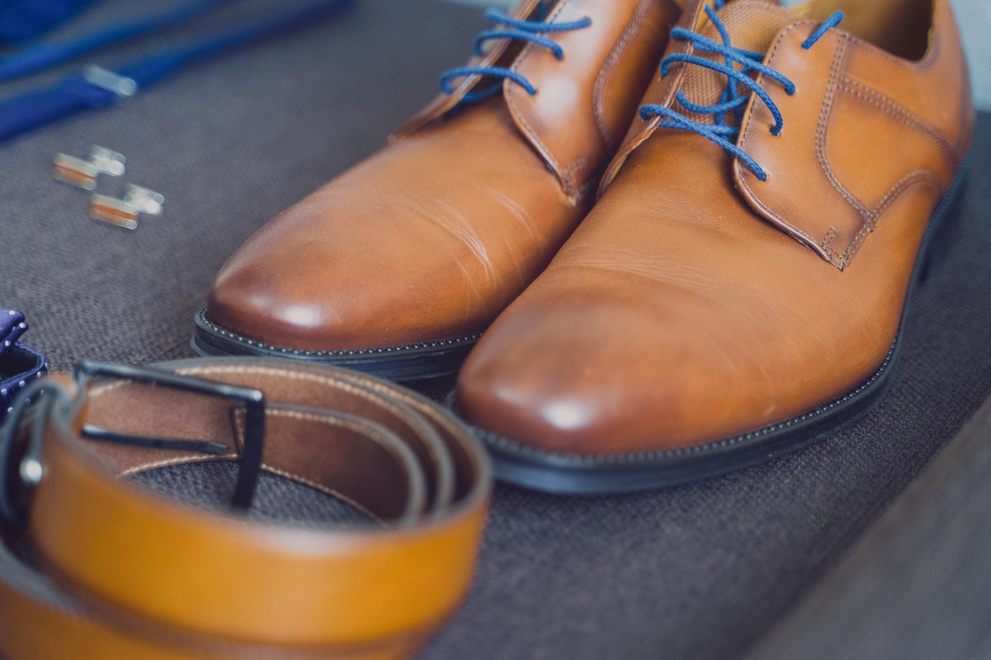 fotografie nunta, pregatirea mirelui, pantofi de piele maro pentru mire, pantofi de mire piele maro,
