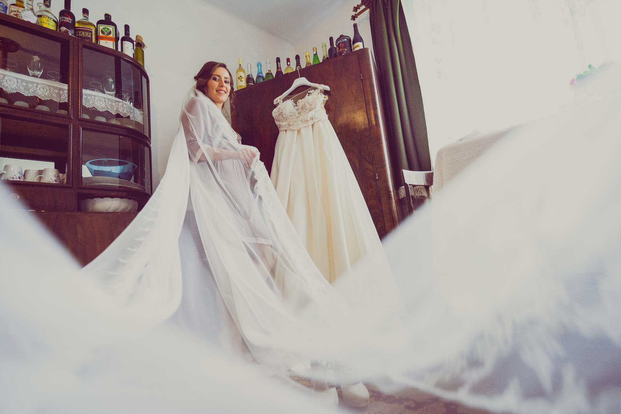 fotografie nunta, pregatirea miresei, rochie de mireasa, voal lung de mireasa,