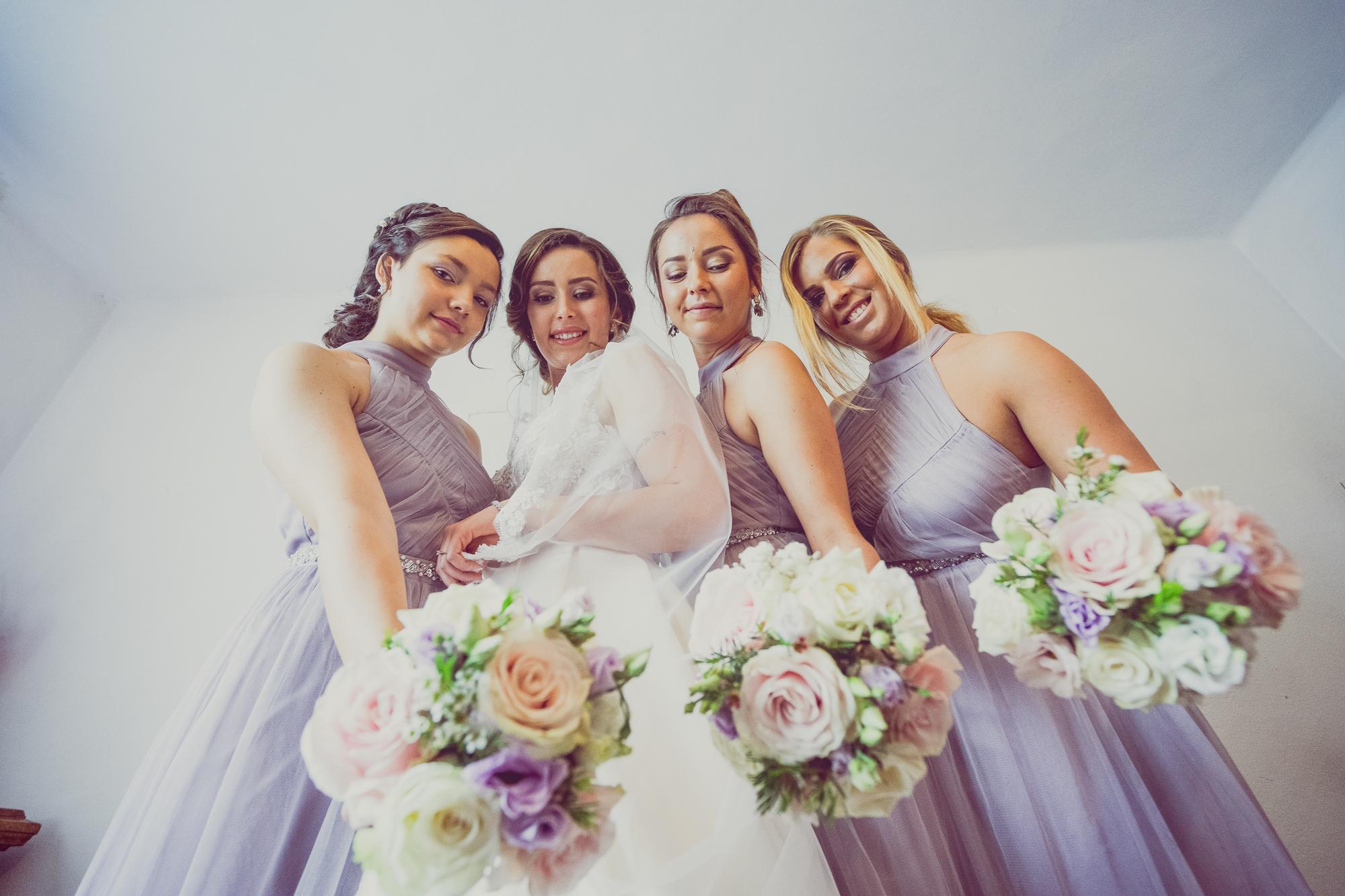 fotografie nunta, pregatirea miresei, miresa si domnisoarele de onoare, domnisoare de onoare cu rochite mov, rochi domnisoare de onoare, rochii versatile domnisoare de onoare, buchet de mireasa, buchet de mireasa in culoare roz pal, mov,