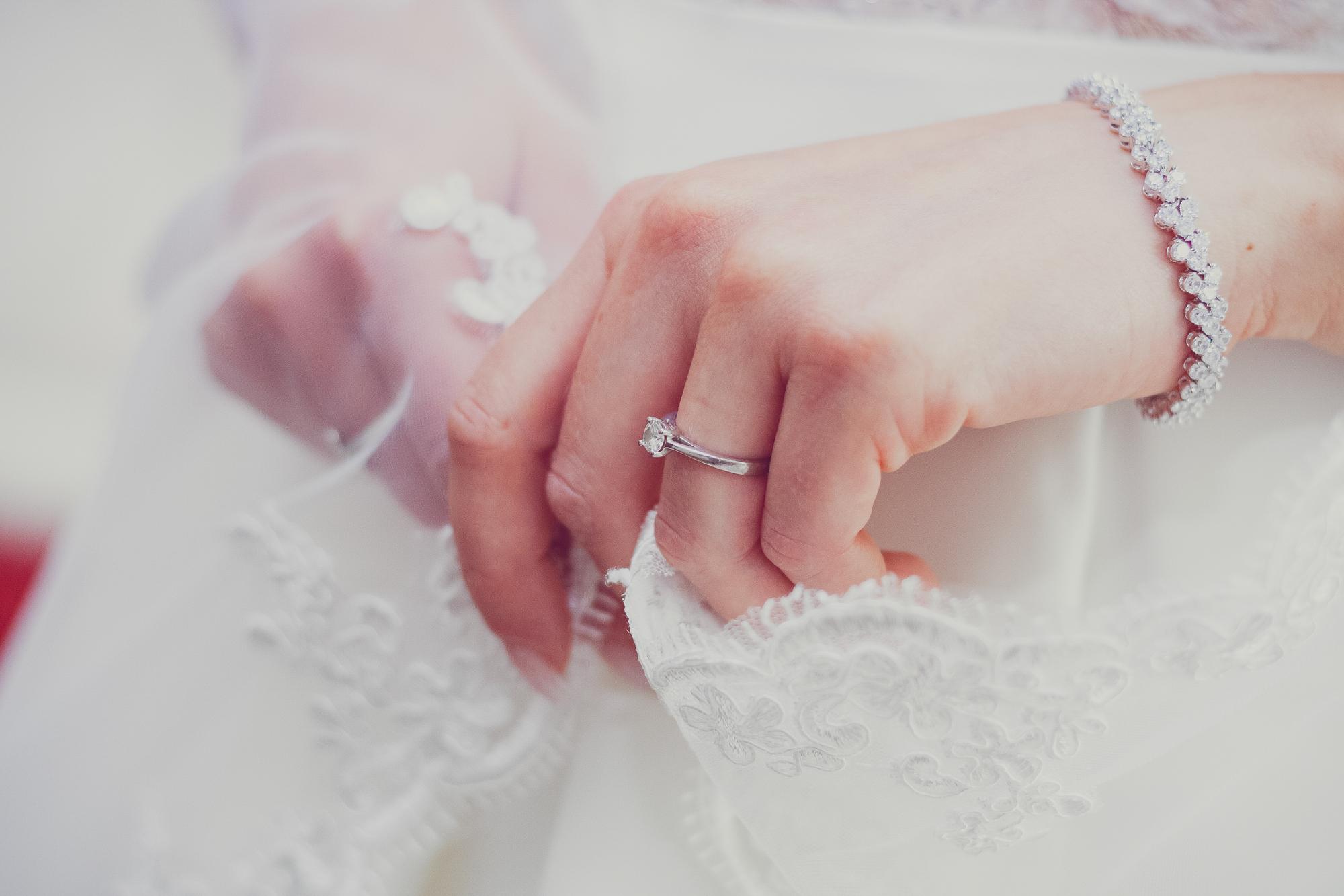 fotografie de nunta, mana miresei, inel de logodna, voal de mireasa, bratara mireasa,