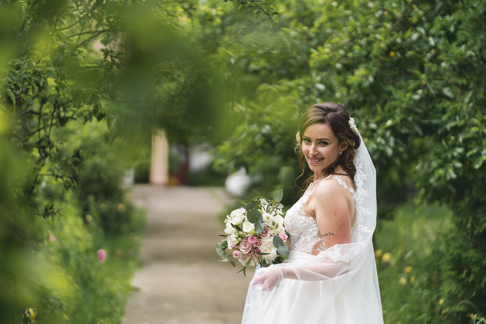 fotografie de nunta, portret de mireasa, buchetul miresei in culoare roz pal cu mov,