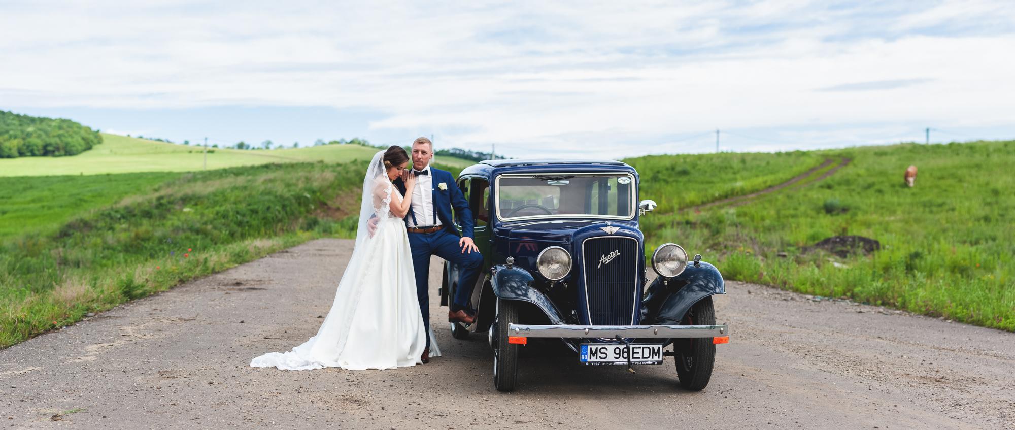 fotografie de nunta, cuplu, miri cu masina de epoca, masina clasica la nunta,