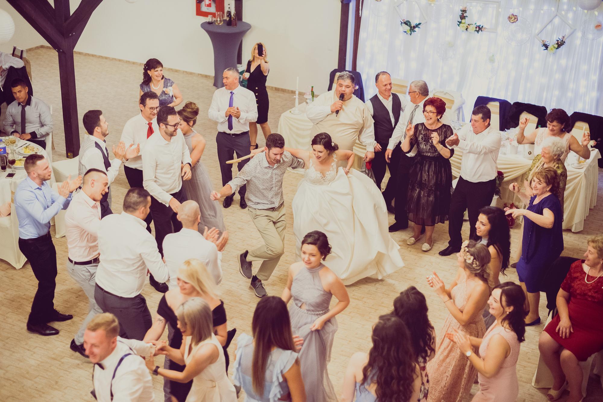 fotografie de nunta, distractie, mireasa danseaza,