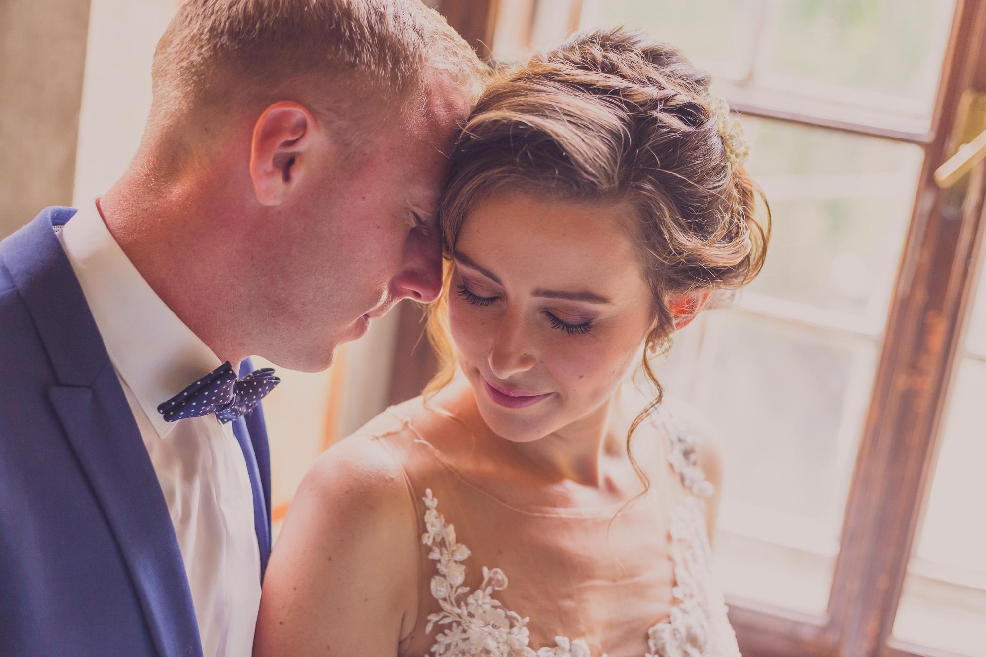fotografie de nunta, miri, cadru apropiat cu mire mireasa
